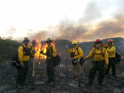 Bomberos forestales del DRNA combaten el fuego