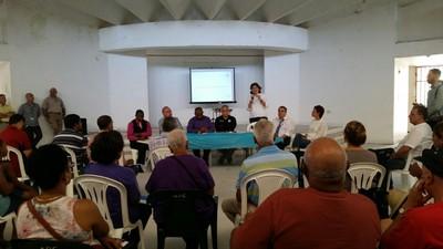 Comunidad de Loíza escucha a la secretaria del DRNA.