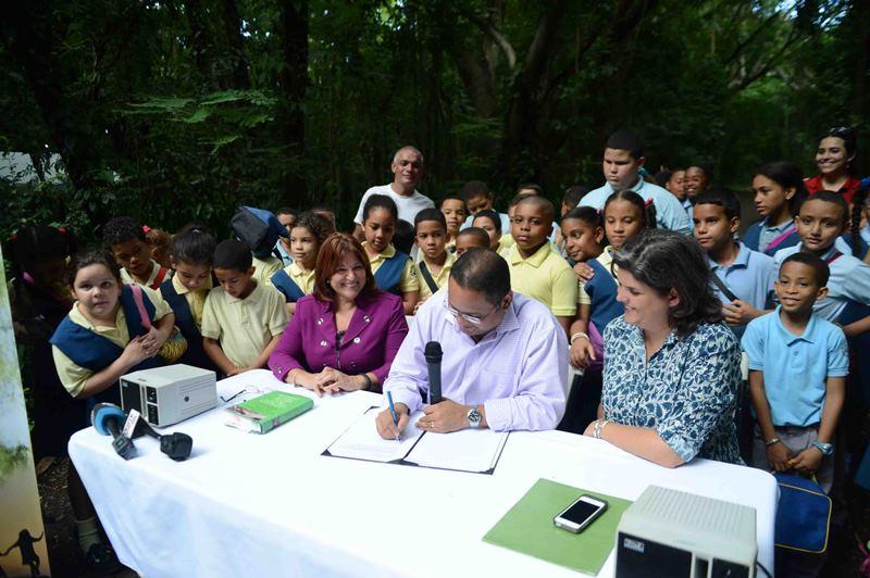 La Secretaria del DRNA, Carmen Guerrero, durante la firma de la carta circular, junto al Secretario del DE, Rafael Román y la representante Luisa Gándara.