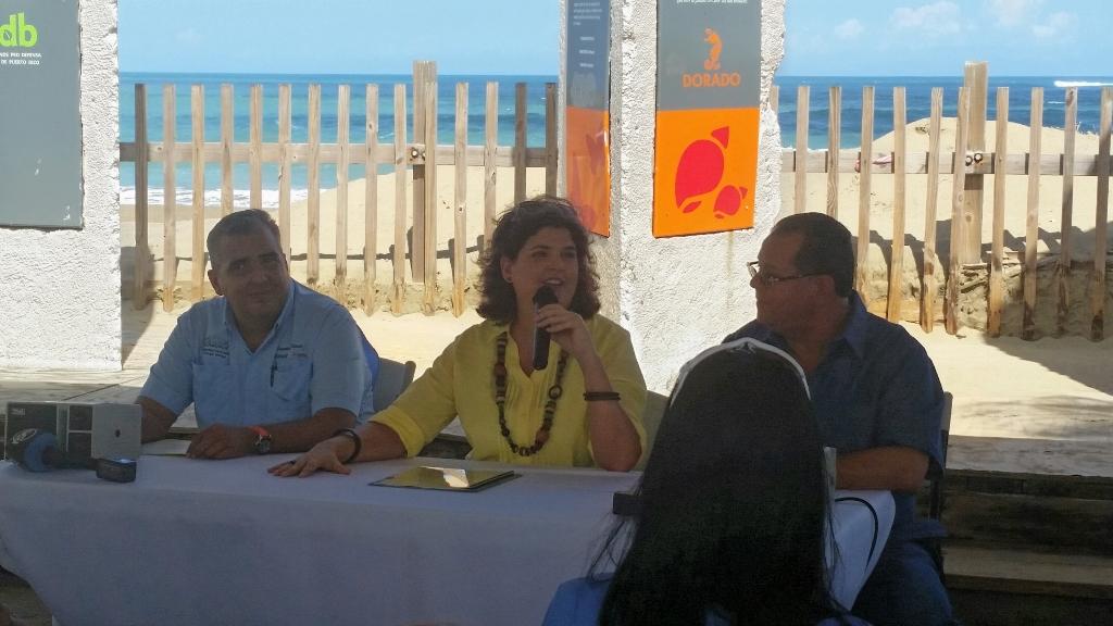 Se dirigen al público: el director del grupo Chelonia, Raymond Flores; la secretaria del Departamento de Recursos Naturales y Ambientales, Carmen R. Guerrero Pérez, y el alcalde de Dorado, Carlos López.