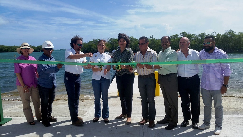 La obra se construyó a través de una asignación de $528,900 en fondos federales del Programa de Restauración de Pesca Recreativa del Servicio federal de Pesca y Vida Silvestre al DRNA. Aquí la Secretaria Carmen Guerrero, el Alcalde de Lajas y otros participantes, durante el corte de cinta.