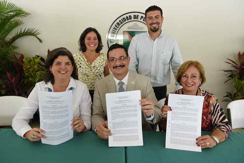 Firman el acuerdo la presidenta de la Junta de Gobierno de la Oficina del Bosque Modelo de Puerto Rico (OBMPR) y secretaria del Departamento de Recursos Naturales y Ambientales, Carmen R. Guerrero Pérez, el presidente de la Universidad de Puerto Rico (UPR), Uroyoán R. Walker Ramos, y la rectora de la UPR Recinto de Utuado, Raquel G. Vargas. En la parte posterior los acompañan la directora ejecutiva de la Junta de Gobierno del OBMPR, Norma Peña, y el alcalde de Utuado, Ernesto Irizarry Salvá.