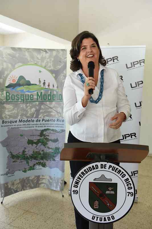 La presidenta de la Junta de Gobierno de la Oficina del Bosque Modelo de Puerto Rico (OBMPR) y secretaria del Departamento de Recursos Naturales y Ambientales, Carmen R. Guerrero Pérez, se dirige al público.